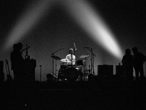 Schlagzeuger Knuckles gibt im Rampenlicht ein Solo zum Besten.