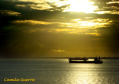 Sempre o Sol! (Camila M. Guerra) Tags: sunset sea brazil sun sol water gua brasil landscape boat mar barco sundown paisaje paisagem prdosol bahia salvador nordeste