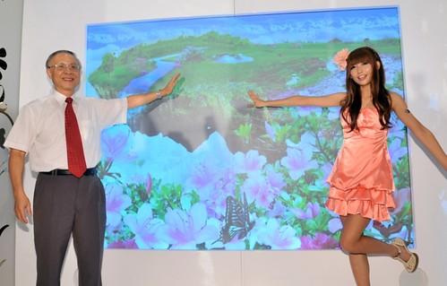 【圖四】中華電信李炎松副總(左)與蝴蝶姐姐(右)在幸福花屋透過互動式投影遊戲寓教於樂,虛擬氛圍搶先感受花博錦簇的美麗力量!