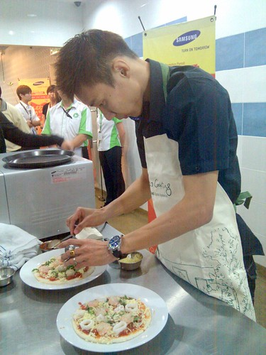 samsung - lee chong wei - makin pizza