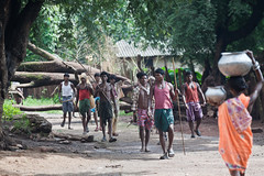 Groupe d'hommes (hubertguyon) Tags: india men sticks village tribal tribe orissa hommes inde tribu btons dhuruba earthasia