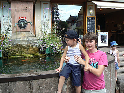 paul et baptiste à la fontaine.jpg
