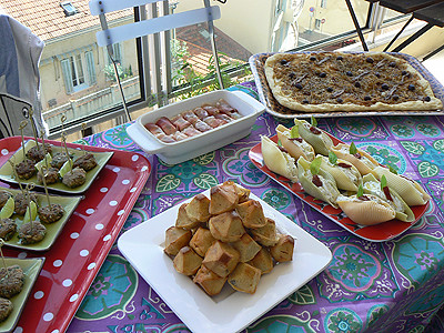 prépa buffet sur la terrasse.jpg