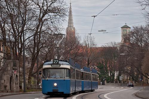Das P-Wagen-Gespann 2005+3037 röhrt den Nockherberg herauf.