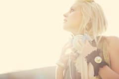 [フリー画像] 人物, 女性, 見上げる, 金髪・ブロンド, ヘッドフォン・イヤフォン, オーストラリア人, 201011230900