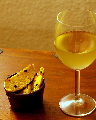 Parmesan Biscotti und ein Glas Wein