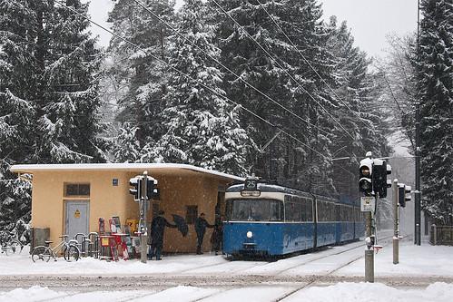 Starker Schneefall am Grünwalder Parkplatz. Die Fahrgäste sind froh, in den warmen P-Wagen einsteigen zu können.