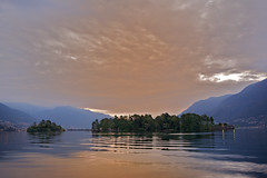 isole di Brissago all'alba (mbeo) Tags: dawn alba reflexion lagomaggiore isoledibrissago locarnese mbeo vanagram tiicno
