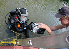 Handling an Underwater Camera (US Navy) Tags: camera video military sailors gear equipment militar diver ladder usnavy equipo cmara unitedstatesnavy buceador