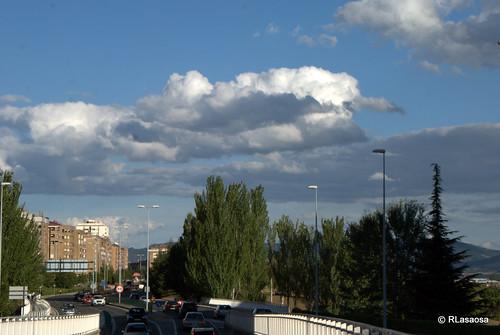 """Vista de la Avenida de Navarra, también conocida como """"La Variante"""". A la derecha queda el Campus de la Universidad de Navarra"""