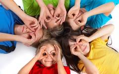 [フリー画像] 人物, 子供, 集団・グループ・群衆, 覗く, 201106030700
