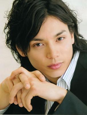 2006年以电影《假面骑士kabuto》正式奠定自己一线