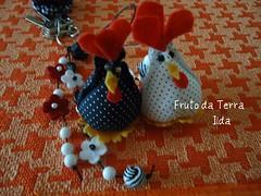 chaveiro galinhas (FRUTO DA TERRA / ILDA) Tags: feltro contas chaveiro tecidos galinhas fioencerado
