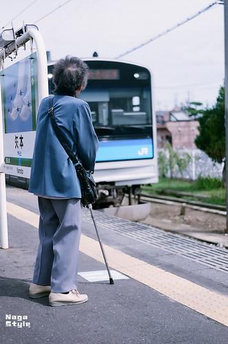 電車を待つおばあちゃん