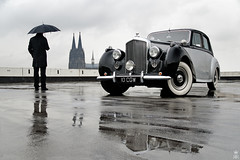 R-Type (romanraetzke) Tags: auto man colour classic car rain digital umbrella nikon alt dom cologne wolken grau 1954 köln oldtimer mann asphalt parkplatz farbe bentley regen kölnerdom parkhaus d300 regenschirm britisch parkdeck pfütze rtype klassisch spiegelug