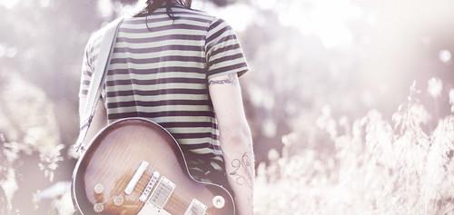 フリー写真素材, 人物, 人と風景, 後ろ姿, ギター,