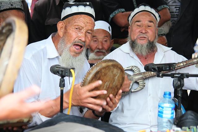 ヤルカンドのマシュラップで演奏する人々