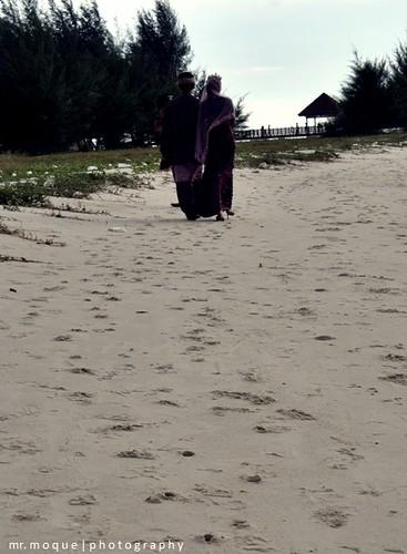 Nik & Norriah_berjalan di pasir pantai