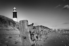 Spurn Groynes & Lighthouse (Furious Zeppelin) Tags: lighthouse white black point nikon humber groynes spurn beachsand d80 furiouszeppelin fz