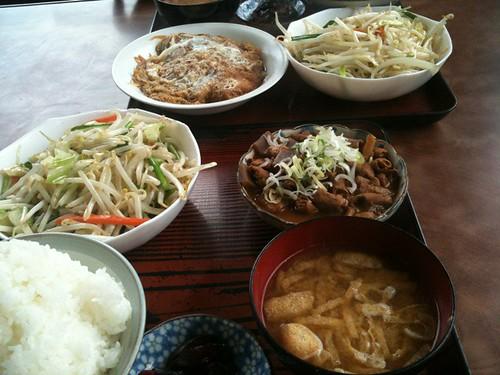 山崎屋食堂のA定食(奥)とB定食(手前)