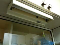 キッチンシンクの上の蛍光灯