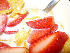 Fresas con Leche :) (- hears a who!) Tags: flash cereal blanca leche fresas cmara specialk cuchara hojuelas