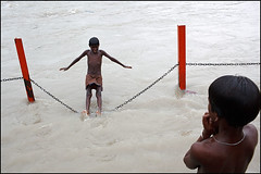 chain - Haridwar (Maciej Dakowicz) Tags: people india river children fun person asia ganga ganges haridwar watergames uttarkhand