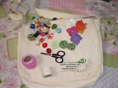 Uma velha bag se transformando... (rosaestilosa) Tags: bag pano botão fuxico bolsa reciclar tecido croche costura retalho customizar customização recriar