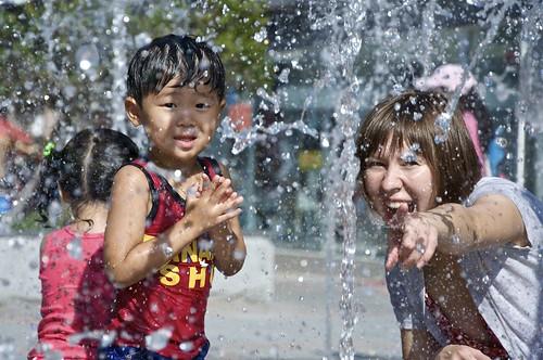 Jugando con una fuente de agua