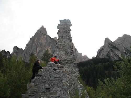 Burgruine Salegg mit der Santnerspitze des Schlernmassivs im Hintergrund