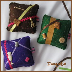 Coser en tres marrón, verde y morado (Inuquita) Tags: alfileteros