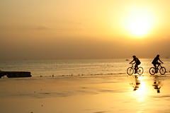 outward inward (fatma yildiz) Tags: light sunset sea sun sunlight man reflection bike bicycle gold beam deniz gkyz gnbatm gne aa yansma gn k huzme bisiklet altnrengi