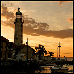 Twilight dans le phare (m@tr) Tags: sunset france canon tamron legrauduroi canoneos400ddigital mtr marcovianna tamron18200mmf3563diiixr portlacamargue imagenesdefrancia fotosdefrancia