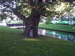 Annie voor de Breytenbachboom (Cajunlady in the library) Tags: bomen rotterdam platanen breytenbach