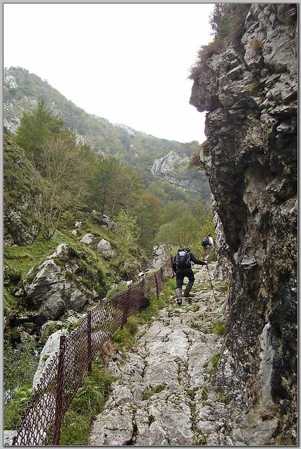 29.- Subiendo por el camino que atraviesa la foz de La Escalada.