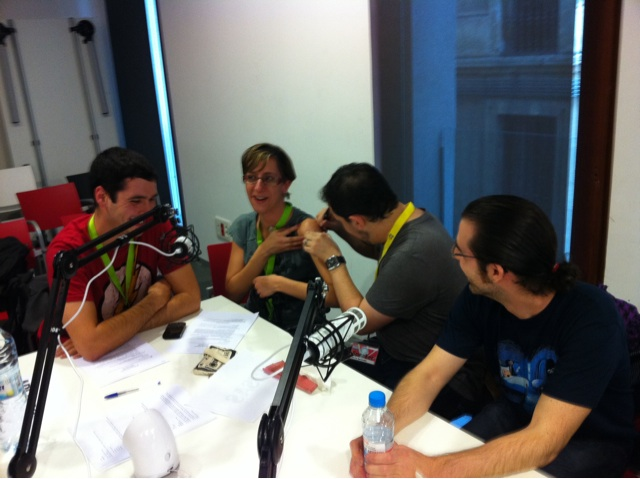 "@novenopodcast en directo #jpod10bcn ""firman a @anais_ig"" xDDD en el hombro!!!"