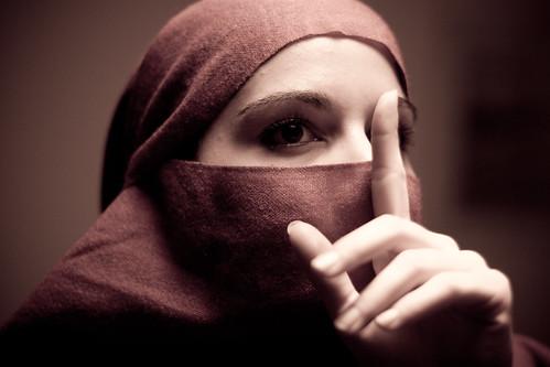 [フリー画像] 人物, 女性, ヒジャブ, 静かに!・しーっ!・秘密, 201011242100