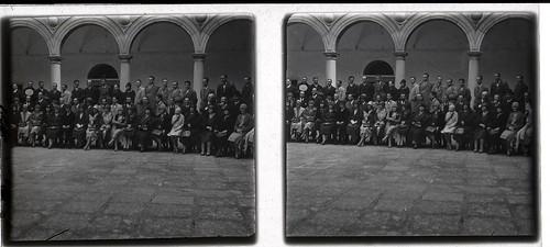 Reunión en el Patio del Hospital Tavera en los años 20. Fotografía de Ángel del Campo Cerdán