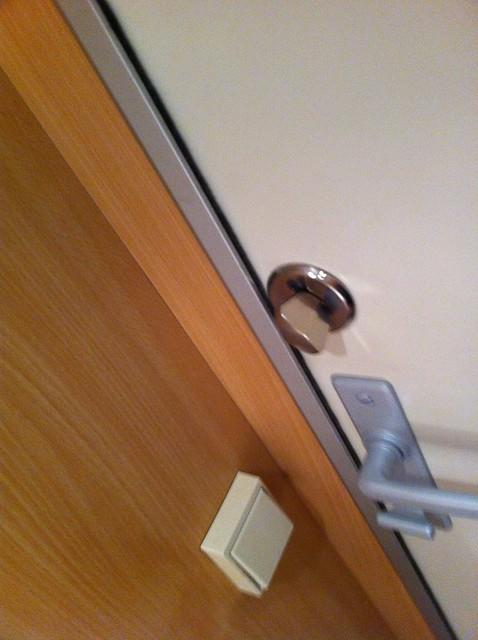Vilket reglage skulle du använda för att låsa dörren?