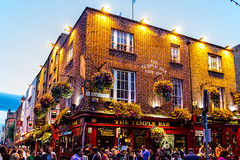 Ireland - Dublin - Temple Bar area (Marcial Bernabeu) Tags: marcial bernabeu bernabéu ireland dublin dublín temple bar building night people irlanda pub irish irlandes irlandés