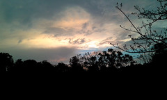 En el templo/In the temple (vantcj1) Tags: cielo nubes vegetación árboles naturaleza silueta atardecer caminata rural paisaje