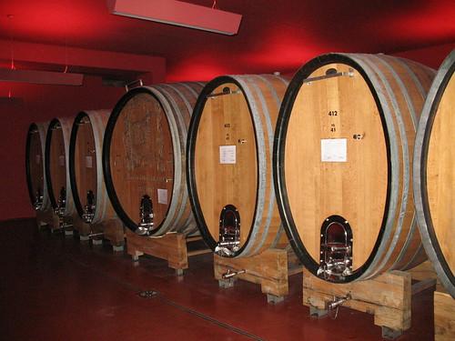 Kunstvoll gestaltete Kellerräume der Kellerei Tramin mit den großen Holzfässern