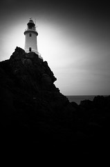 lighthouse (gato-gato-gato) Tags: leica uk greatbritain light england bw lighthouse white black beach nature strand coast licht flickr unitedkingdom natur rangefinder jersey british ufer signal weiss schiff schwarz englishchannel leuchtturm 2010 britannia kste m9 naturephotography seefahrt channelisland outdoorphotography vogtei nautik vereinigtesknigreich rmelkanal kanalinsel gatogatogato grosbritannien statesofjersey leicam9 leicaelmaritm28mmf28asph crowndependency gatogatogatoch wwwgatogatogatoch kronkolonie kronbesitz