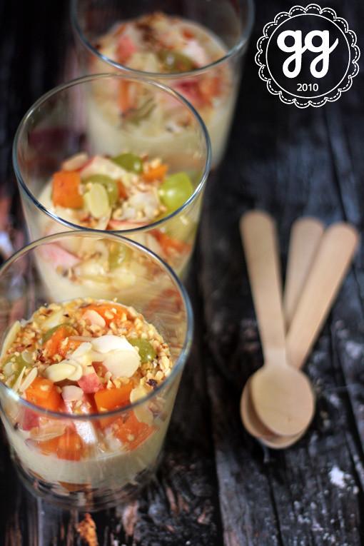 bicchierini di frutta, yogurt e tapioca