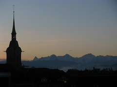 Heiliggeistkirche in Bern und die Berner Alpen , Kanton Bern , Schweiz (chrchr_75) Tags: church schweiz switzerland suisse suiza hiking swiss iglesia kirche chiesa igreja sua bern christoph svizzera berne kerk eglise wandern berner sveits kirkko 1009 berna wanderung wanderweg kirke sviss zwitserland sveitsi koci suissa   kanton chrigu szwajcaria wanderwege   kantonbern brn burgistein mhlethurnen chrchr chiuche hurni grbetal chrchr75 chriguhurni seftigen chrighurni albumkirchenkantonbern thurnen chriguhurnibluemailch
