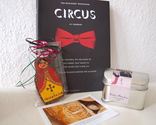 Circus Bookazine und Kekse