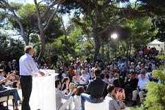François Bayrou. à la fin de son discours de clôture. Dimanche 26 septembre (Mouvementdemocrate) Tags: public de la université modem francois ur foule tribune mouvement 2010 rentrée democrate cloture discours giens bayrou