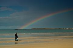 l'arc en ciel affecter  Saint-Malo (redstarpictures) Tags: france beach st strand rainbow frankreich pair paar bretagne romantic contact plage saintmalo regenbogen malo arcenciel romantique romantisch
