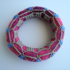 GIVEAWAY - SORTEIO (saraaires (quartodeideias)) Tags: pink blue wool purple handmade artesanato craft felt giveaway bracelet feltro facebook filz l sorteio saraaires