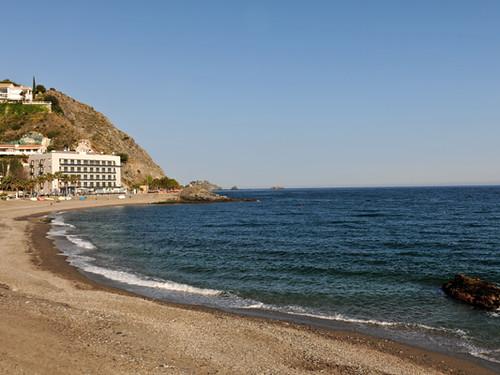 Playa Cotobro con el Hotel Cotobro al fondo